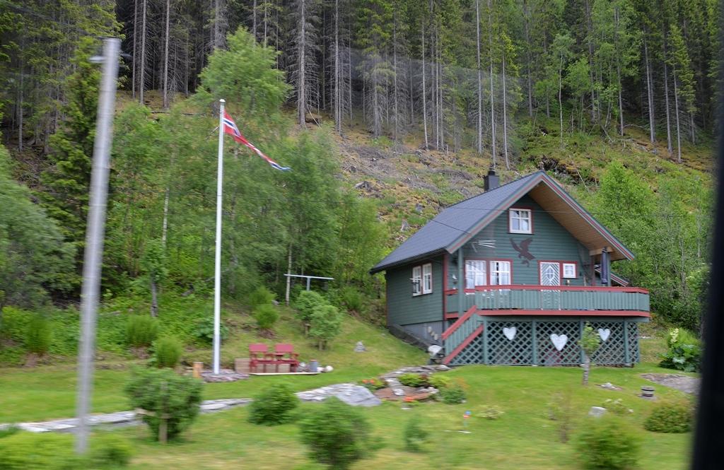 Die Häuser sind mit Trollen, Elchen und Adler geschmückt