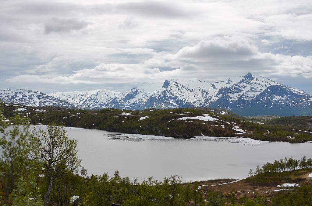 ...Schneeberge im Hintergrund