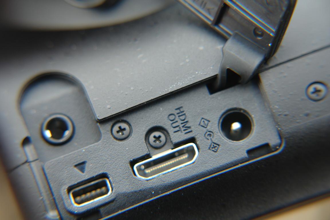 Anschlußleiste: Strom, HDMI, USB-Media-Kombi (Spezialstecker), Mikro-Eingang