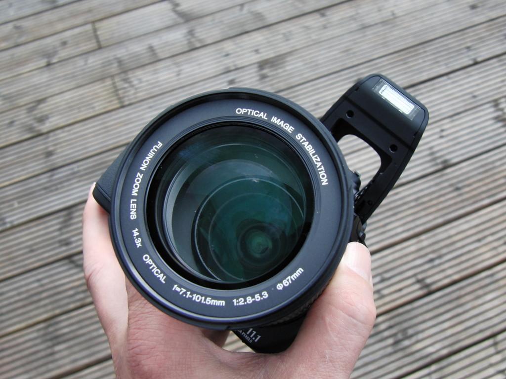 Ja! Glas ! EIn x 14.3 Zoom. Entscheidend: die Weitwinkelposition: 28mm.