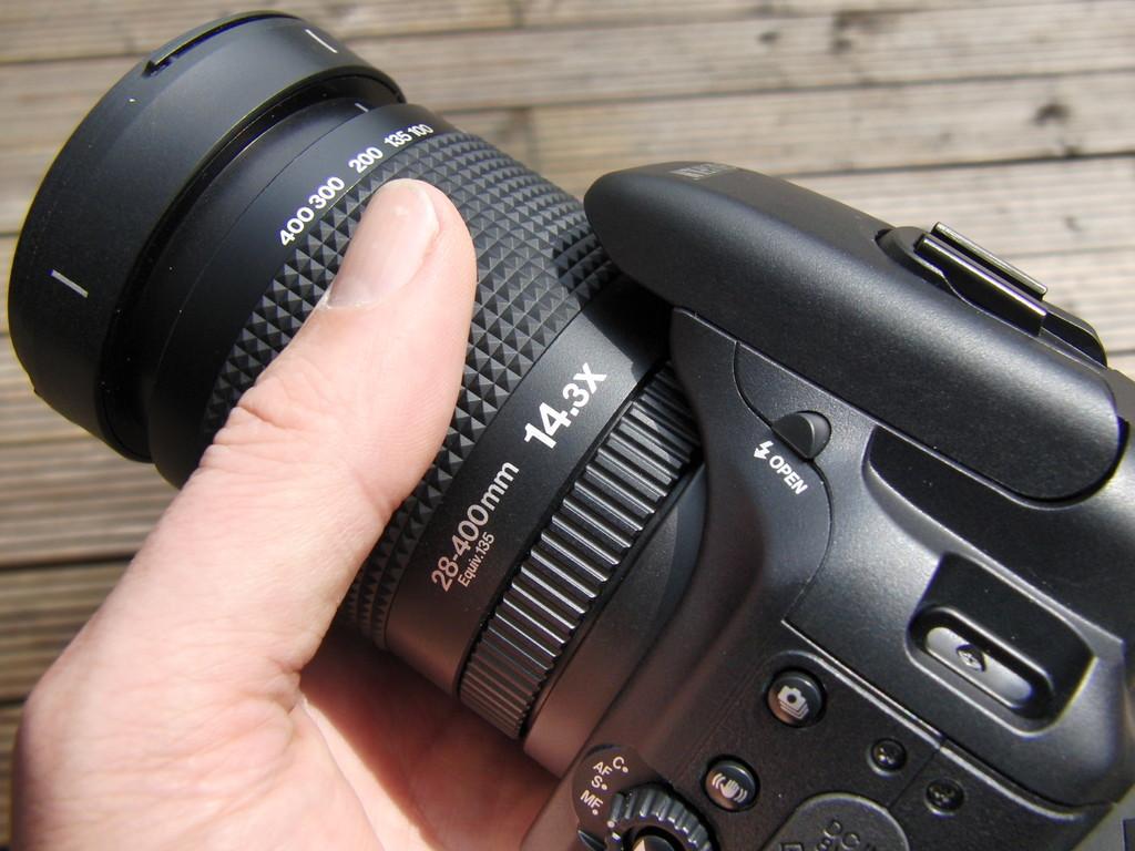 Jawohl: 28mm - 400mm - da kann sich manche Videokamera ein Beispiel dran nehmen in Sachen Weitwinkligkeit !