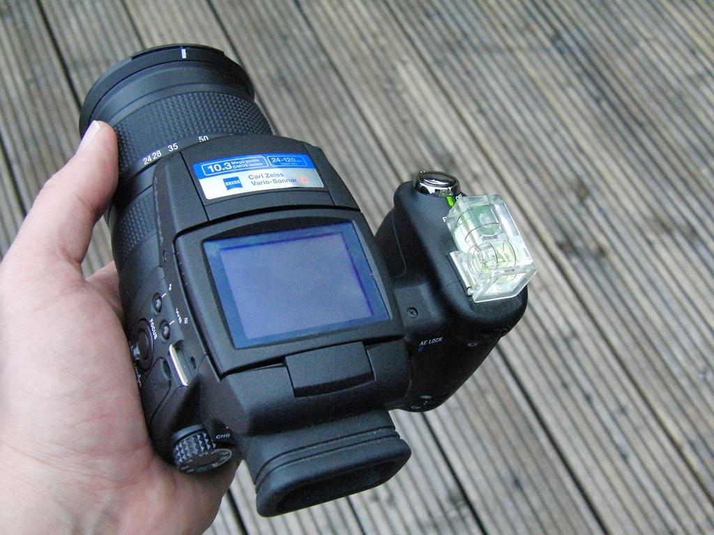 """klein ist anders, aber die Kamera liegt sehr gut in Hand ! Für Weitwinkelaufnahmen ist die Wasserwaage ein """"Muss"""""""""""