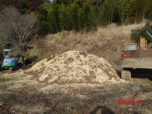新しい堆肥を仕込んでいます