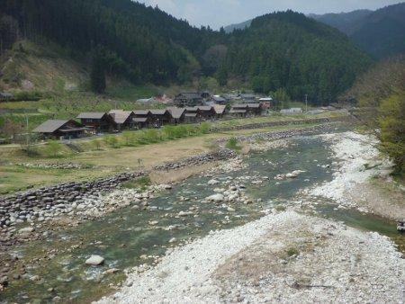 川沿いに立つコテージ