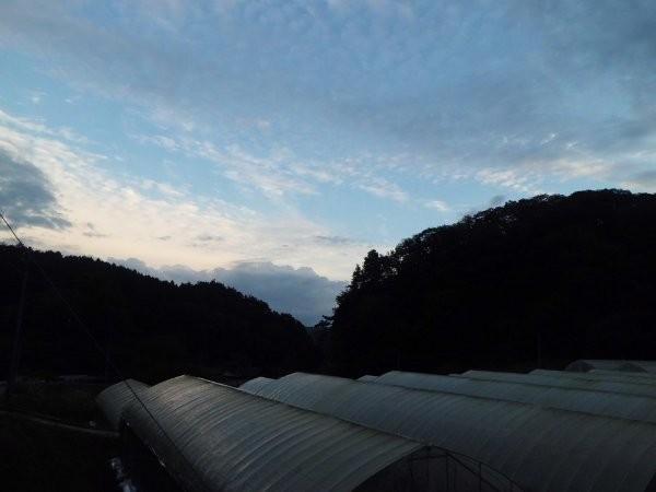 夕日を受けて、東側の雲が明るい。