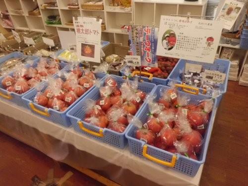 トマトが並びます