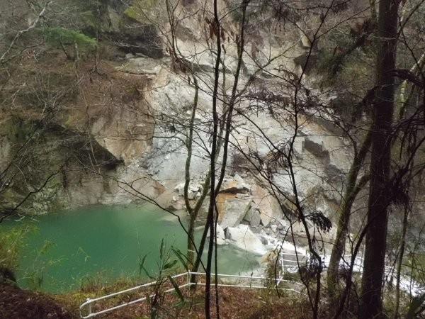 滝の前の渓谷に、岩石が崩落して、せき止めてます
