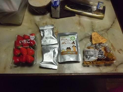 お土産に、買ってきたイチゴ、もらって来た加工品