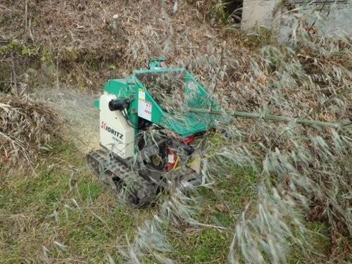 竹を粉砕して堆肥に入れる