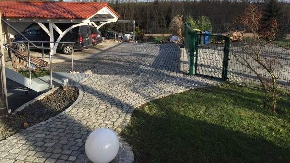 Neugestaltung Einfahrtsbereich und Carport mit Granit-Kleinpflaster