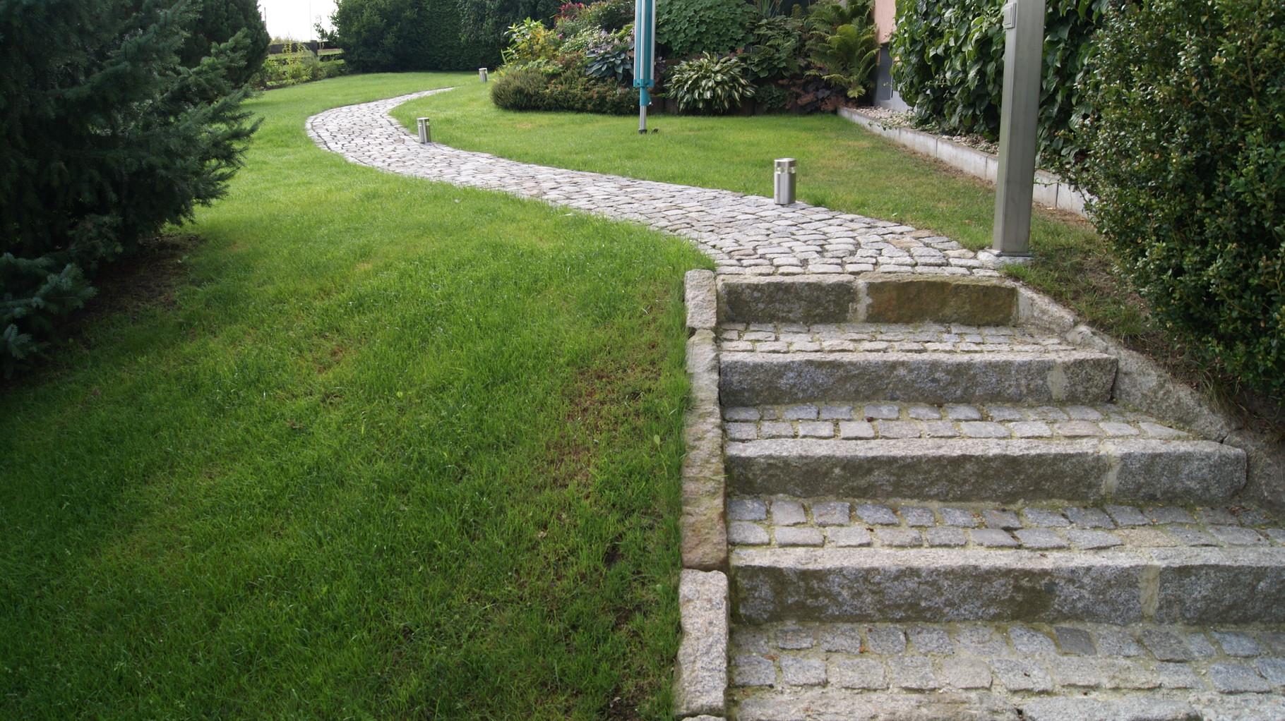 Treppe und Weg mit Granit-Kleinpflaster und Granit-Borden