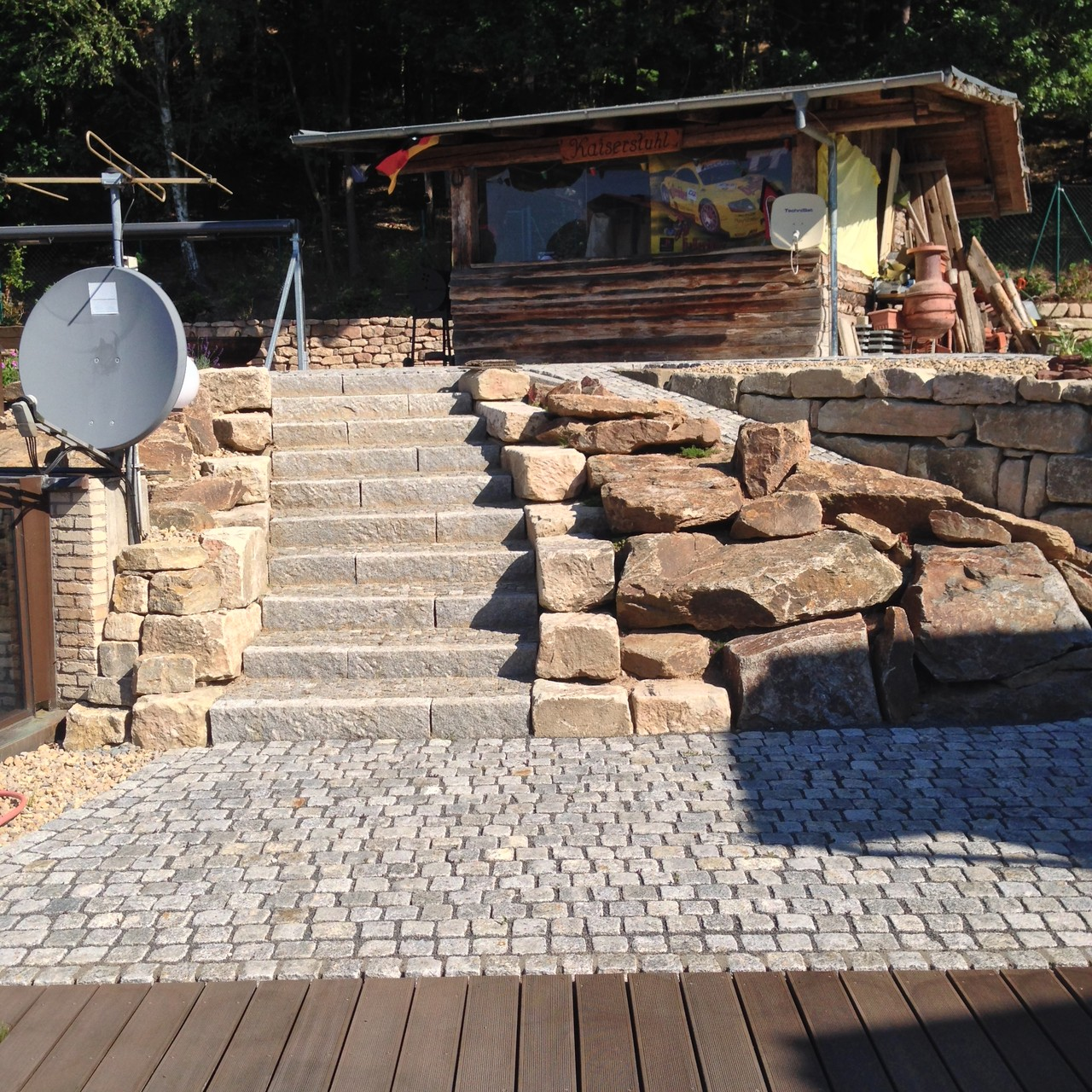 Natursteintreppe in Granit mit Sandsteinwangen
