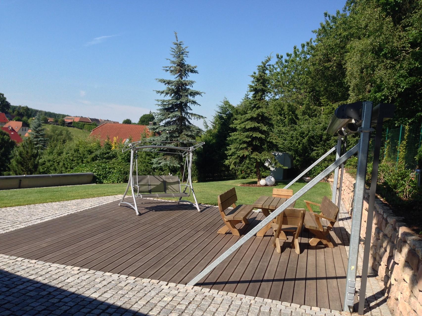 Loungegestaltung Naturstein-Kleinpflaster und Holz-Belag