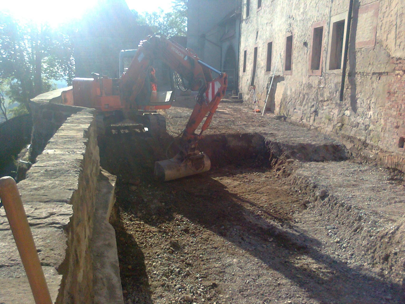 Tiefbauarbeiten für Schmutzwasserleitung auf der Leuchtenburg