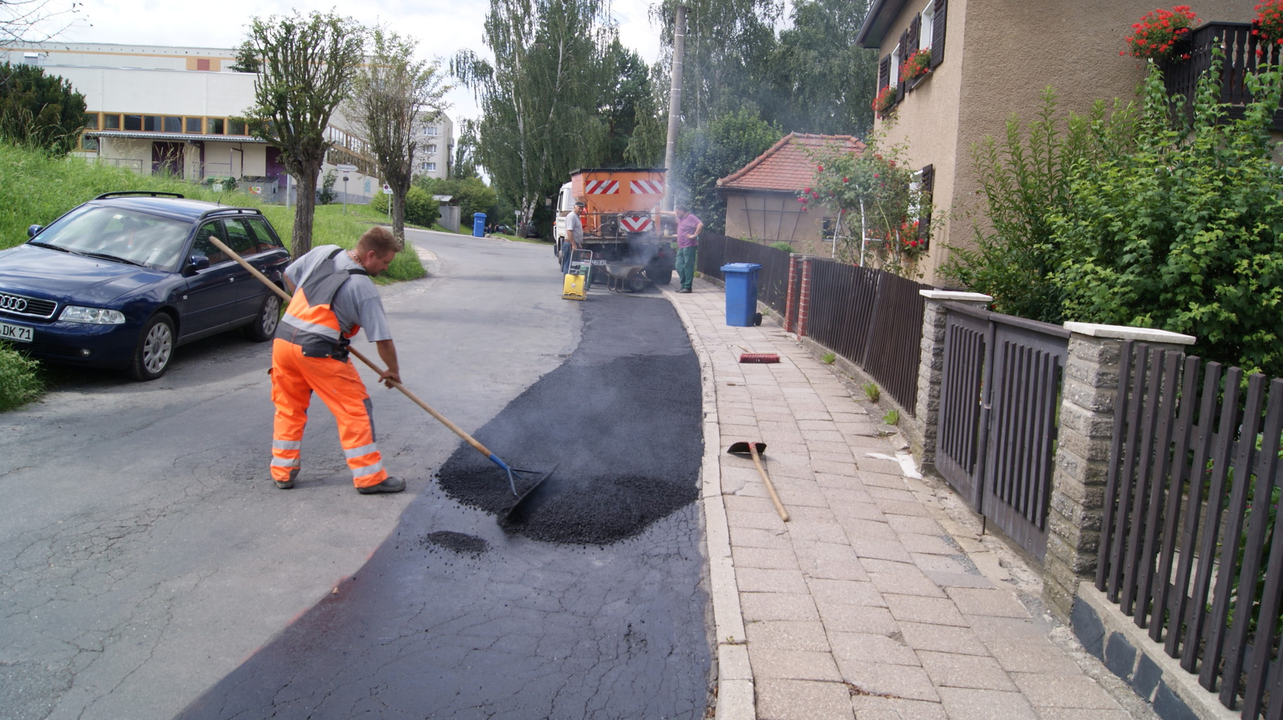 Straßenreparaturen in Handeinbau Asphalt
