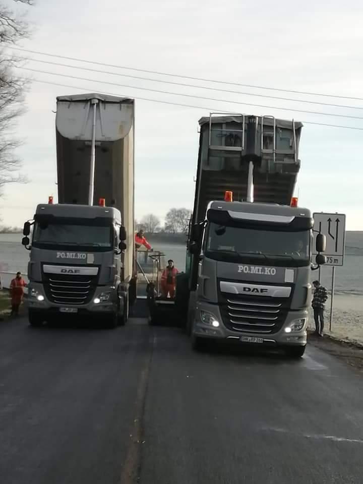 Schüttguttransporte: Sattelzüge mit Thermomulden fertigertauglich für Asphalteinbau