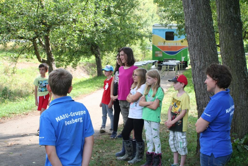 10 Kinder mit Jugendleiterin Claudia Schlör und Michael Hökel hatten sich am Spielplatz in Uiffingen getroffen.