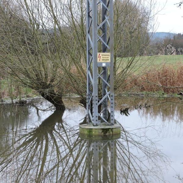 Masten mit aufgestauter Wasserfläche.