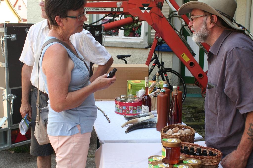 Imker Bernhard Bier bot seine Produkte zum Kauf an und informierte zum Thema Imkerei.