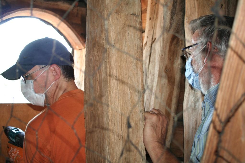 Peter Schlör und Dieter Pfeiffer (rechts) montieren einen Turmfalkenkasten.
