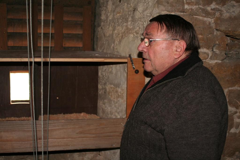Maßarbeit von Manfred Frey für einen Turmfalkenkasten in der ev. Kirche in Bobstadt.