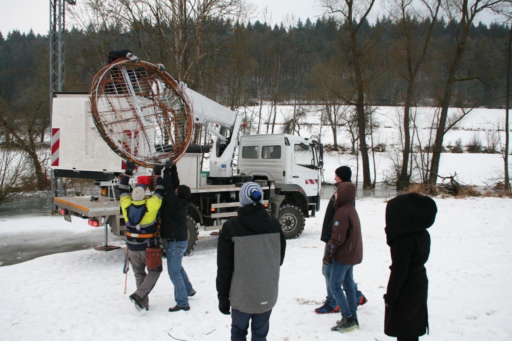 Die Strochenplattform wird auf den Hubsteiger gehoben.