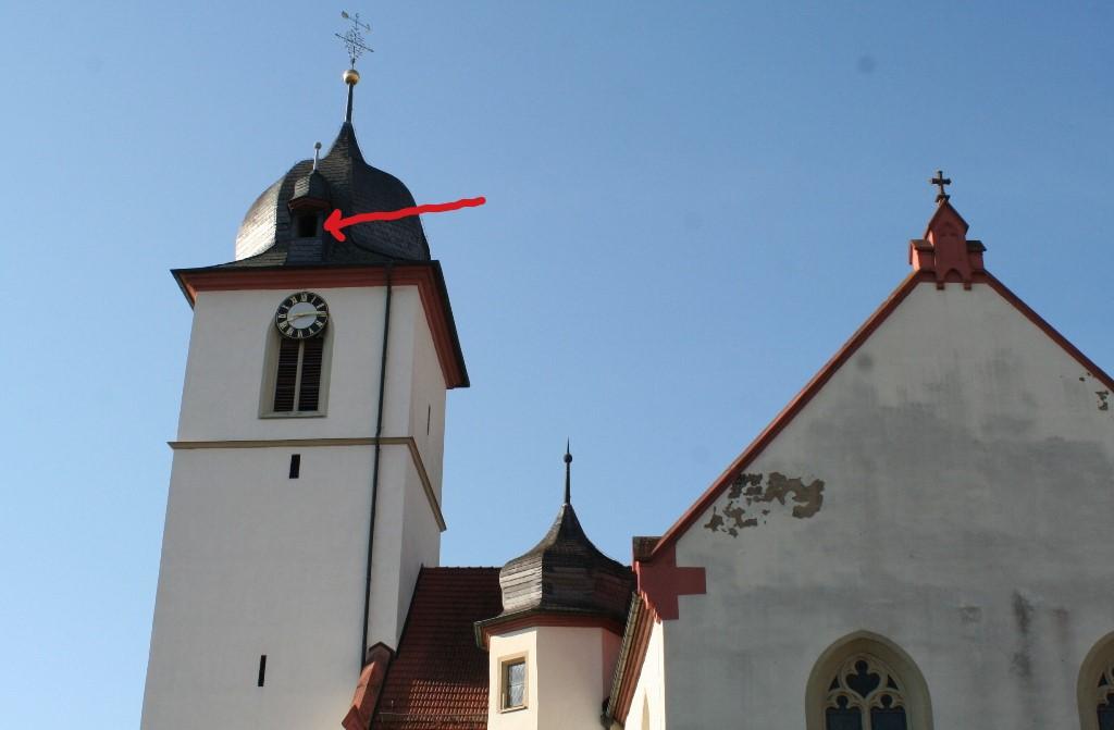 Hoch über den Glocken des Kirchturms in Unterschüpf ist ein Turmfalkenkasten eingebaut.