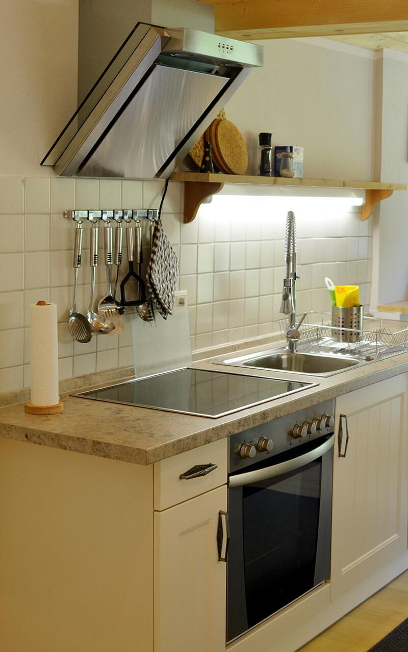vollausgestattete Küche mit Essecke