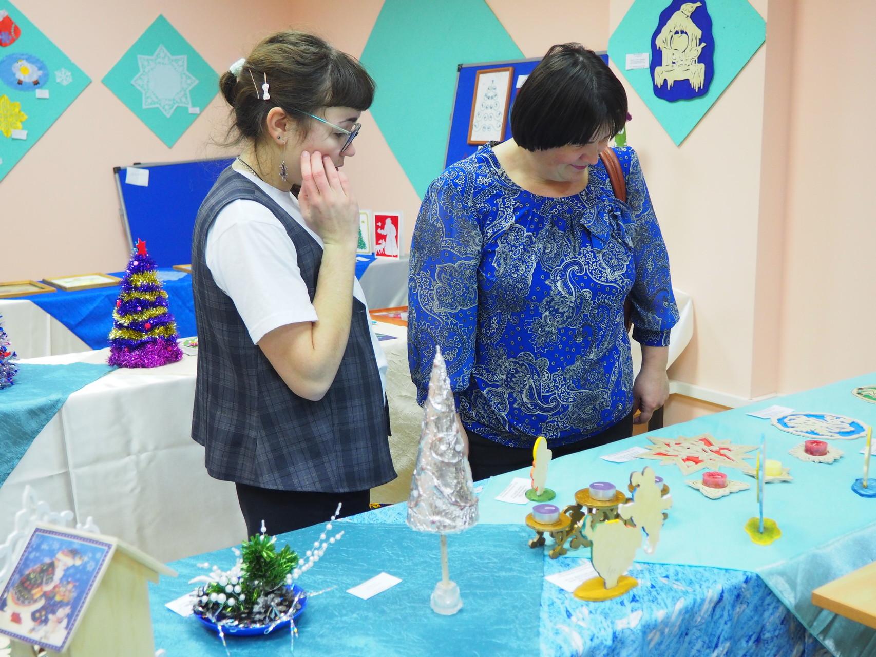 Настя с мамой на выставке