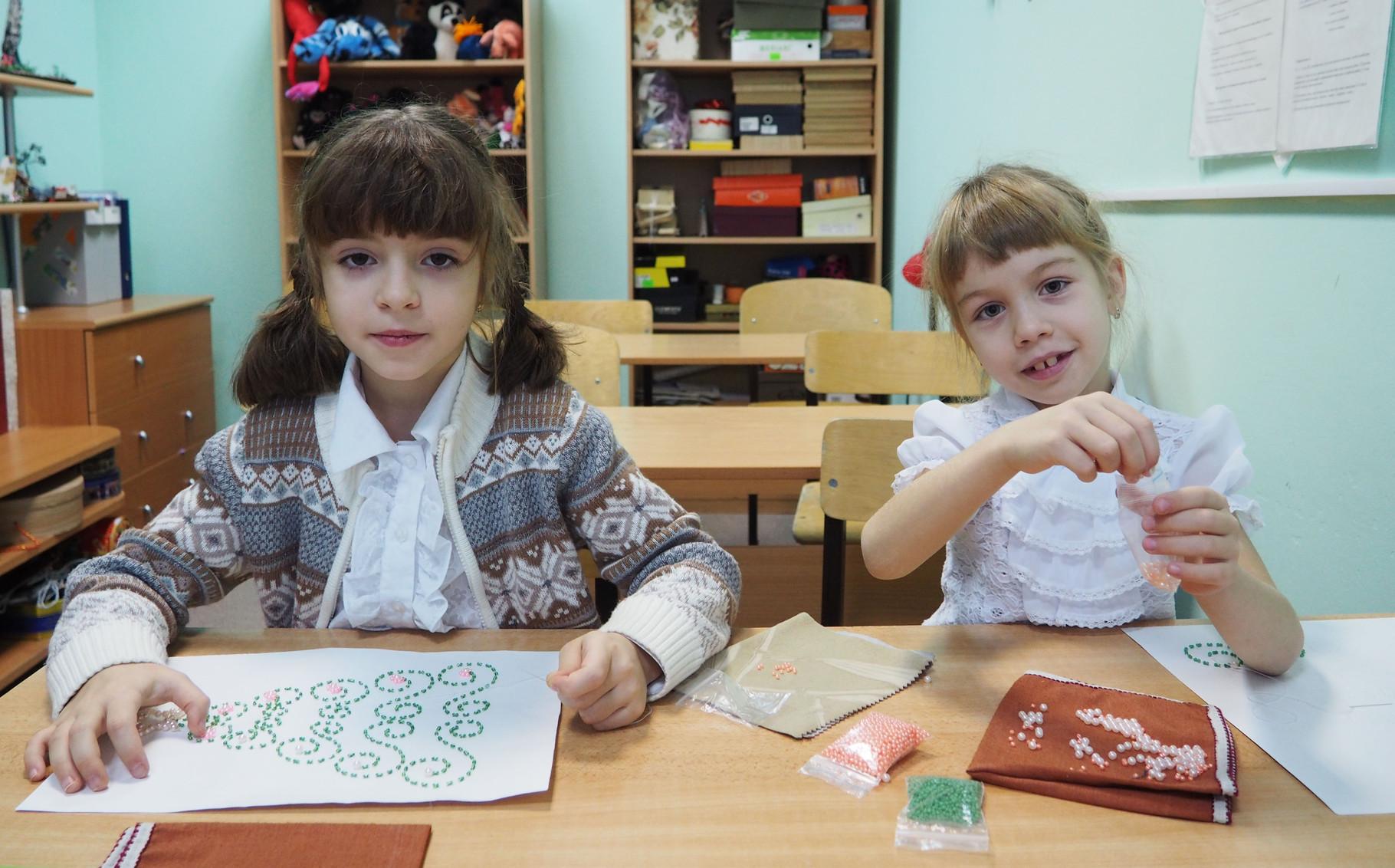 Алена и Настя вышивают елочки