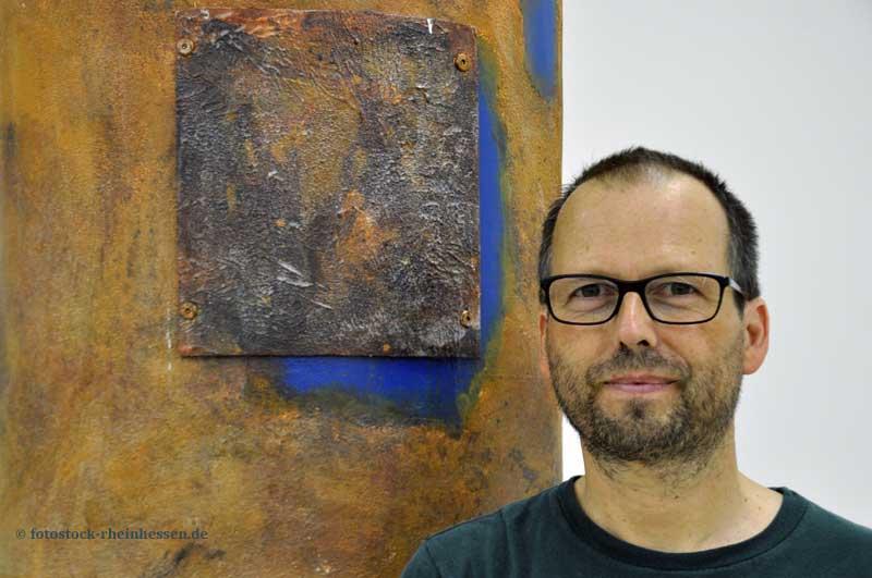 Tobias Boos vor seiner Arbeit in der Ausstellung e-motions, LandRaum Galerie, Sprendlingen (© fotostock-rheinhessen.de)