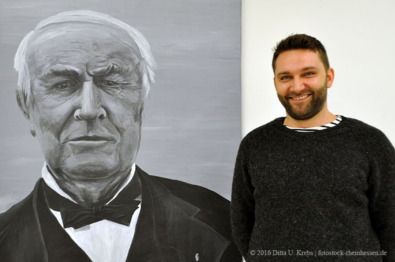 Sebastian Unterrainer mit einem seiner Bilder in der LandRaum Galerie (Foto: © 2016 Ditta U. Krebs | fotostock-rheinhessen.de)