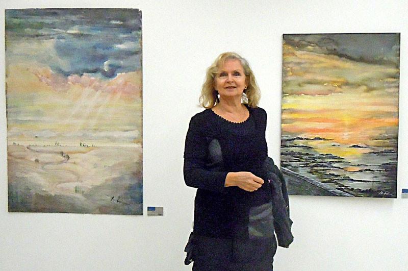 Brigitte Farschon mit zweien ihrer Bilder