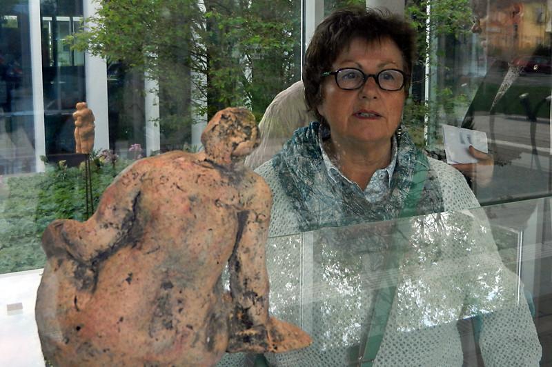 Anne Schmitt in einer ihrer keramischen Skulpturen in einer Ausstellung in Speyer