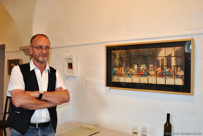 Jörg Baltes in seiner Ausstellung im Weingut Axel Schmitt in Ober-Hilbersheim (©Foto: fotostock-rheinhessen.de)