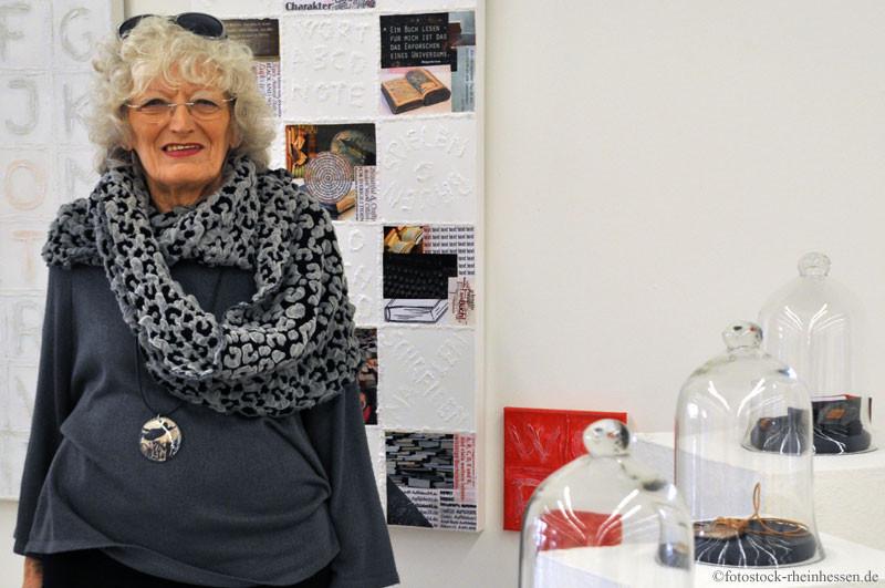 Judith Chmelova mit ihren Arbeiten in der LandRaum Galerie (Foto: © 2015 Ditta U. Krebs | fotostock-rheinhessen.de)