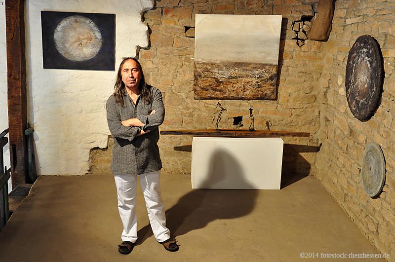 Amador Vallina in seiner Ausstellung in der Galerie unterm Maulbeerbaum, Badenheim (© Ditta U. Krebs | fotostock-rheinhessen.de)