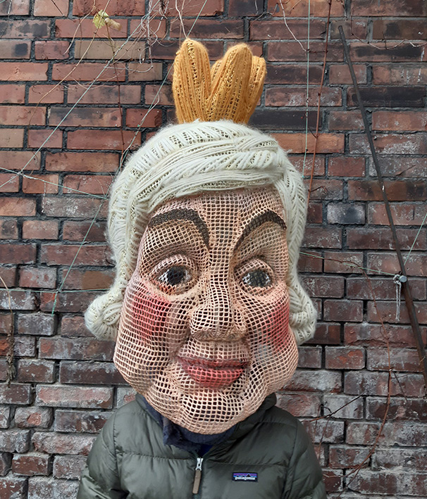 Maske 'Paradise Reloaded' // Plastik: Deike Heeren // Gittermaterial, Wolle, Acryl, H 50 cm