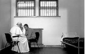 San Juan Pablo II visitando a Ali Aqga en la cárcel, después del atentado