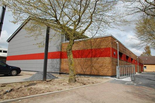 Die Harkebrügger Turnhalle an der Grundschule Harkebrügge nach der Renovierung im Jahr 2013