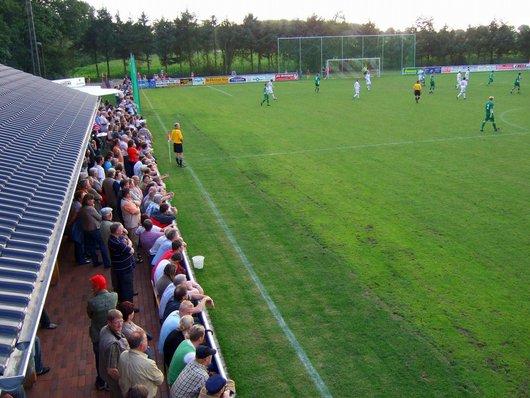Blick auf die Zuschauerbereiche vor dem Vereinsheim