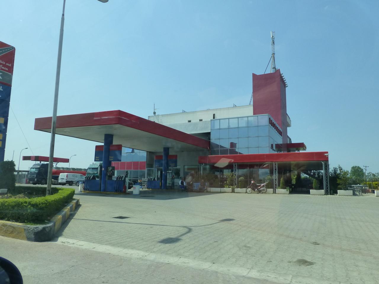 die zahlreichen Tankstellen überall im Land