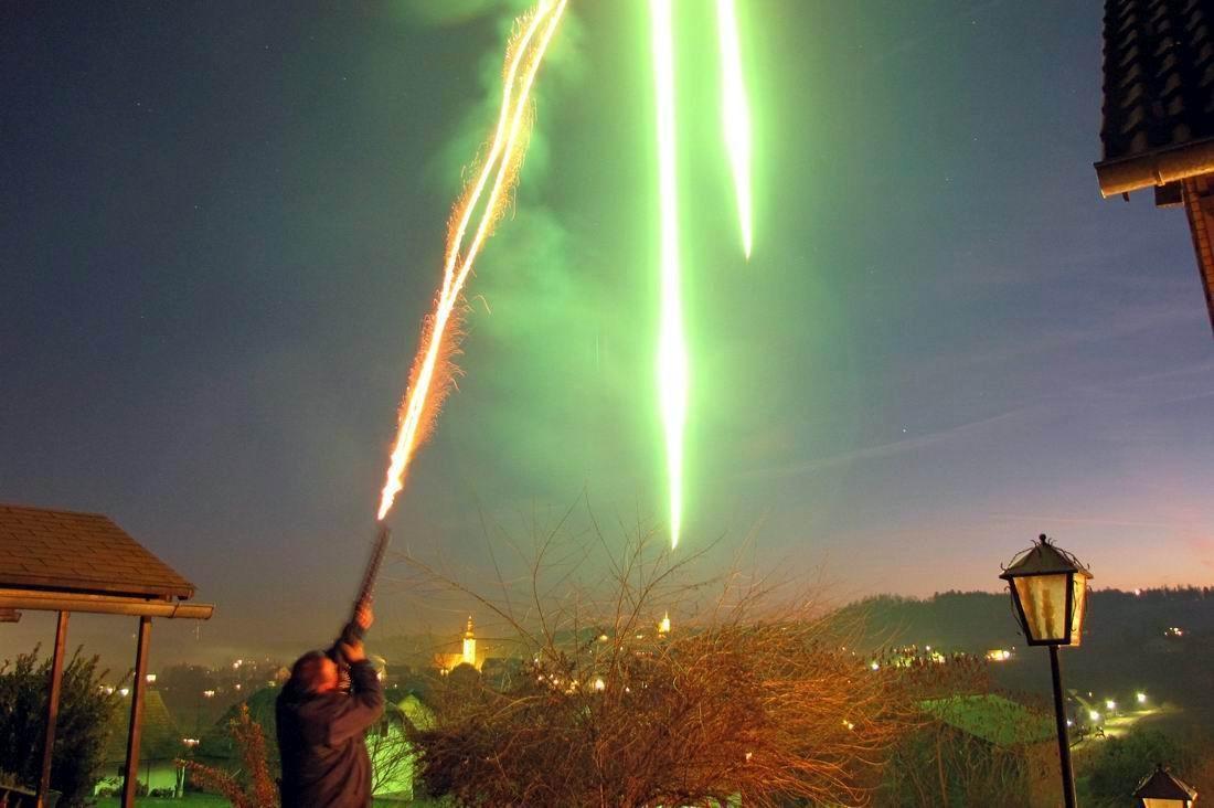 Feuerstrahl v.d. Silberbüchse in den freien Himmel