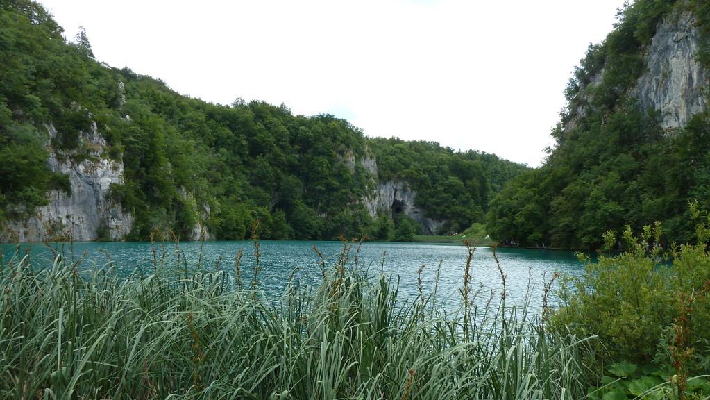 Silbersee mit Höhle im Hintergrund