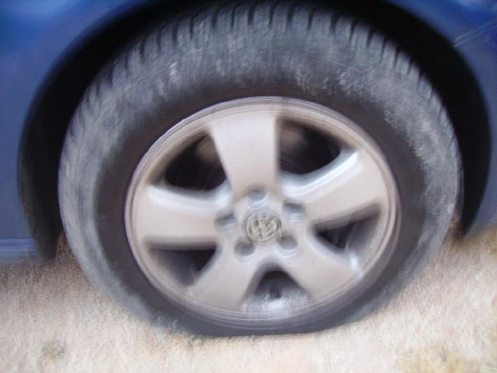 Reifenplatzer mitten im Land