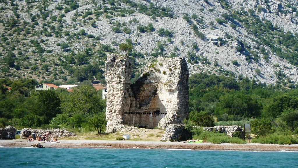 Ruine Starigrad vom Schiff aus gesehen
