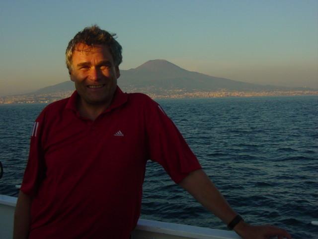 Vesuv im Hintergrund in Richtung Capri 12. Juni 2004