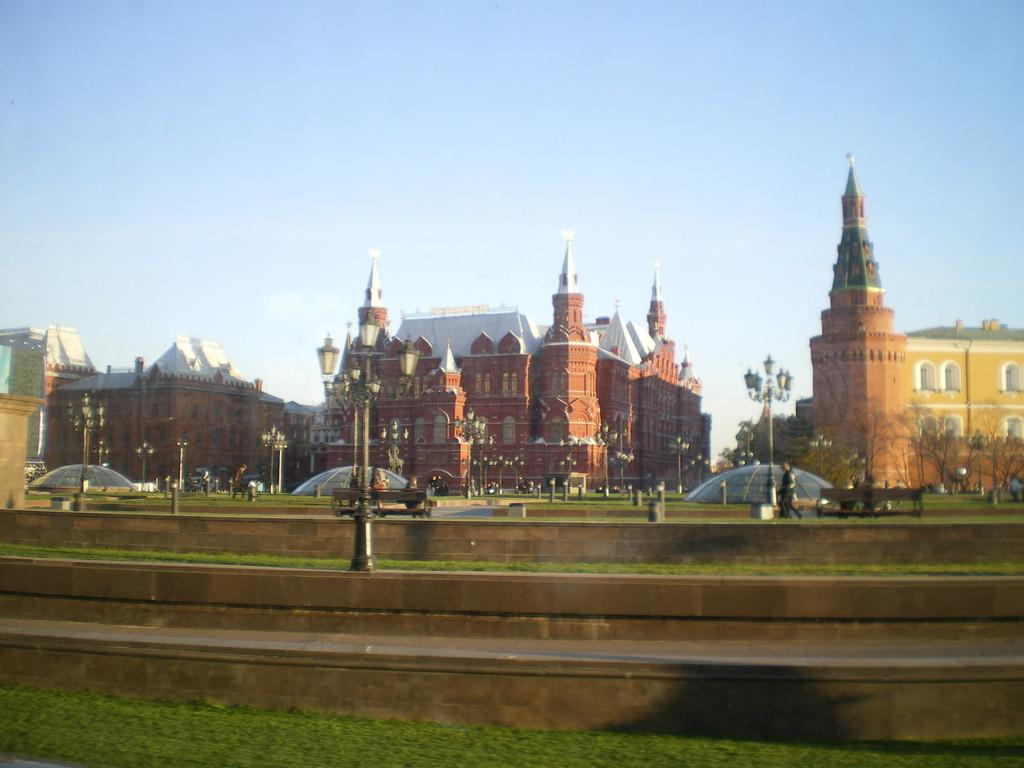 Kremelmauern dahinter der Kreml mit Zaren u.d. Spasskiturm