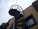 Escalera de caracol con barrotes peldaños anti resbalos y barrotes adornados.