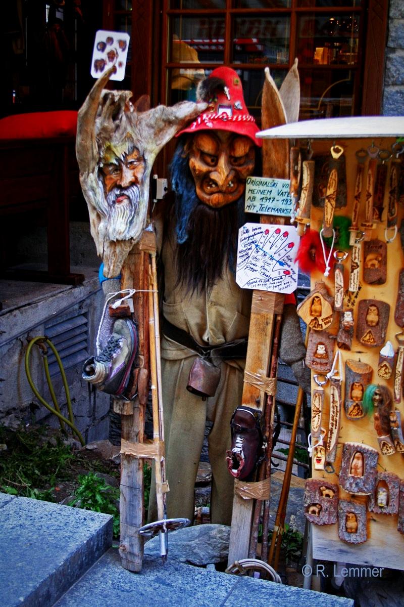 Holzschnitzerein und Masken in der Historischen Altstadt in Zermatt